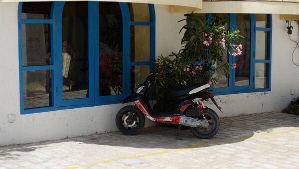 Скутер у здания - Sputnik Узбекистан