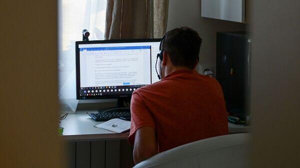 Подросток за компьютером - Sputnik Узбекистан