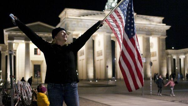 Празднование победы Джо Байдена на площади перед  Бранденбургскими воротам в Берлине - Sputnik Узбекистан