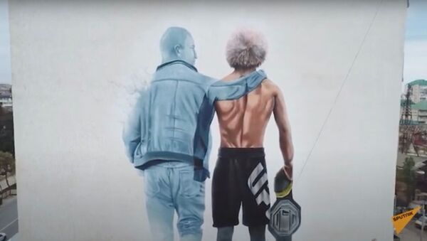 В честь Хабиба и его отца нарисовали граффити на стене дома - Sputnik Узбекистан