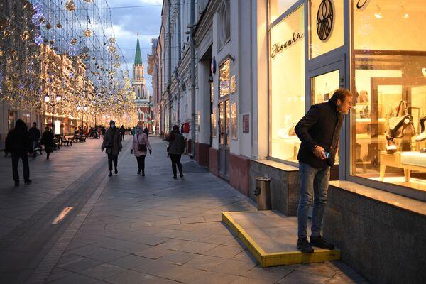 Прохожие на Никольской улице в Москве - Sputnik Узбекистан