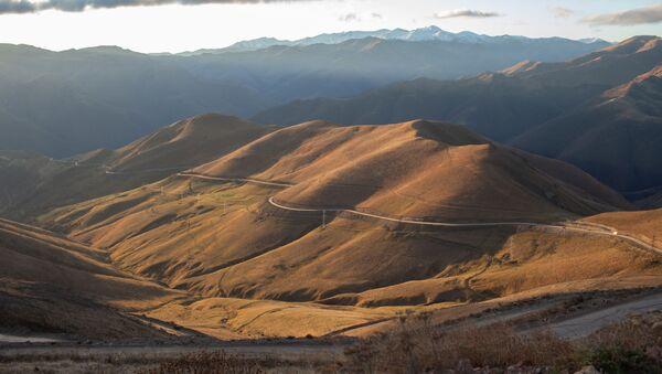 Горная дорога в районе города Карвачар. - Sputnik Узбекистан