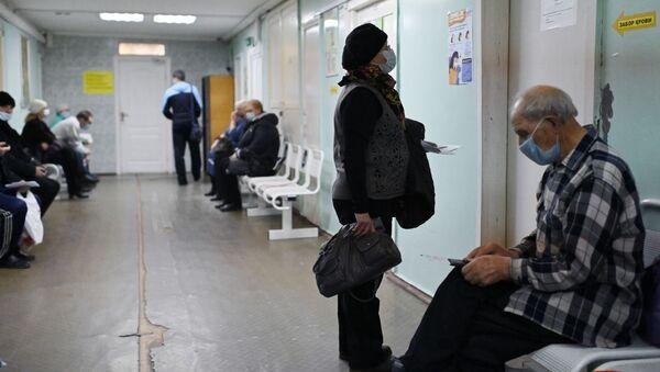 Люди в очереди на прием врача в поликлинике городской больницы №2 в Омске. - Sputnik Узбекистан