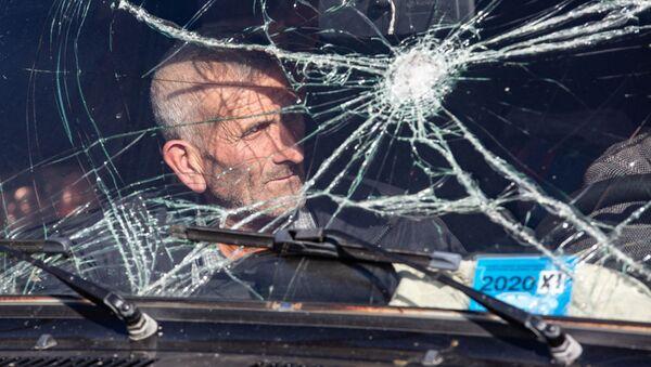 Местный житель, покидающий Нагорный Карабах - Sputnik Узбекистан