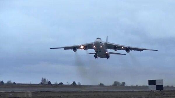 Dostavka bronetexniki i lichnogo sostava rossiyskix mirotvortsev v Armeniyu samoletami An-124 Ruslan  - Sputnik Oʻzbekiston