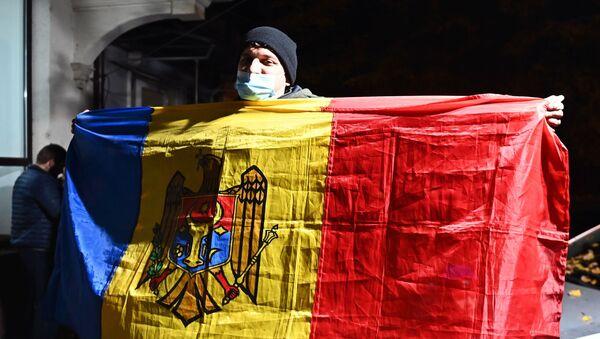 Сторонник кандидата в президенты, экс-премьера, лидера партии Действие и солидарность Майи Санду - Sputnik Узбекистан