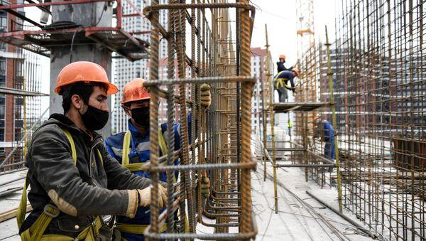 Рабочие на строительстве жилого комплекса - Sputnik Узбекистан