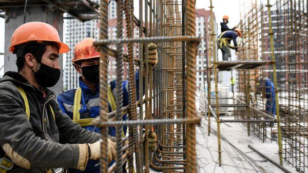 Рабочие на строительстве жилого комплекса - Sputnik Ўзбекистон