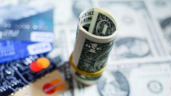 Денежные купюры США и банковские карты - Sputnik Узбекистан