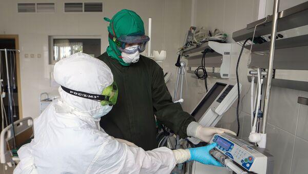 Сотрудники инфекционного корпуса, где лечат пациентов с COVID-19 - Sputnik Узбекистан