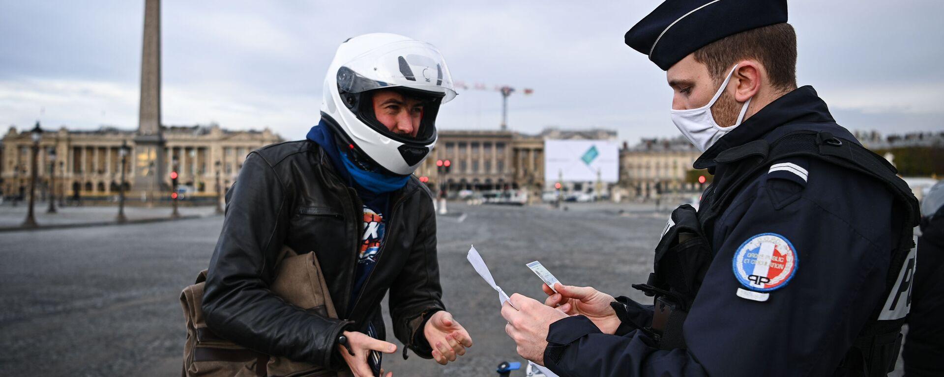 Французский полицейский проверяет документы мотоциклиста на площади Согласия в Париже, Франция - Sputnik Узбекистан, 1920, 01.04.2021