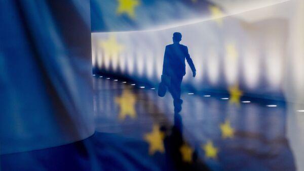 Отражение мужчины на фоне флага ЕС - Sputnik Узбекистан