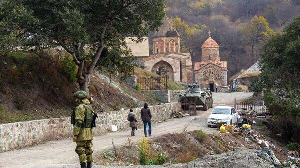 Rossiyskiy mirotvorets u monastыrya Dadivank v Nagornom Karabaxe - Sputnik Oʻzbekiston