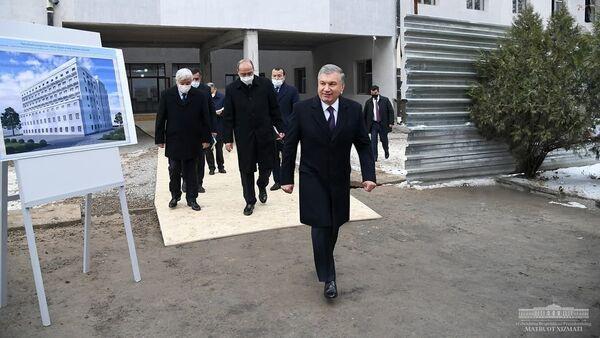 Шавкат Мирзиёев посетил Республиканский научный центр экстренной медицинской помощи - Sputnik Узбекистан