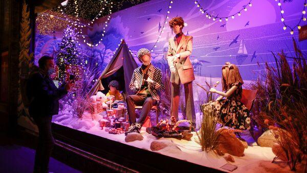 Рождественское оформление витрины в Париже  - Sputnik Узбекистан