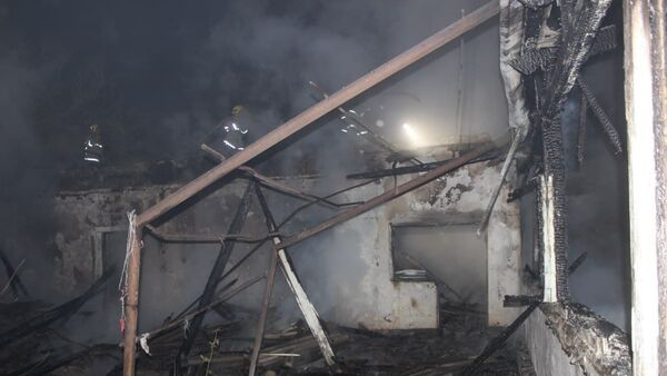 Почти дотла: в Карши загорелся жилой дом - Sputnik Узбекистан