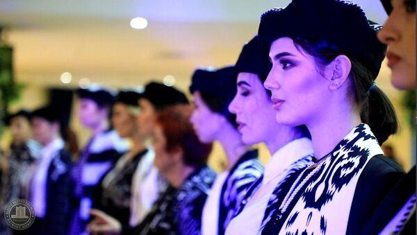 """В Бухаре прошел фестиваль дизайнерской одежды """"Нафосат-2020"""" - Sputnik Узбекистан"""