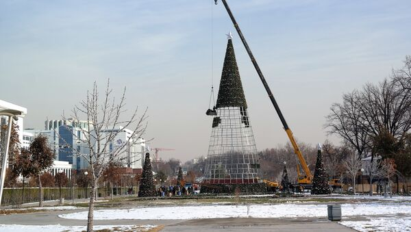 В Ташкенте начали установку новогодней ёлки - Sputnik Узбекистан