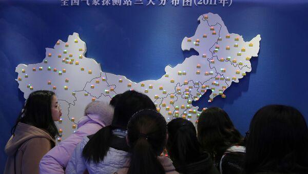 Жителя Китая смотрят на карту - Sputnik Узбекистан