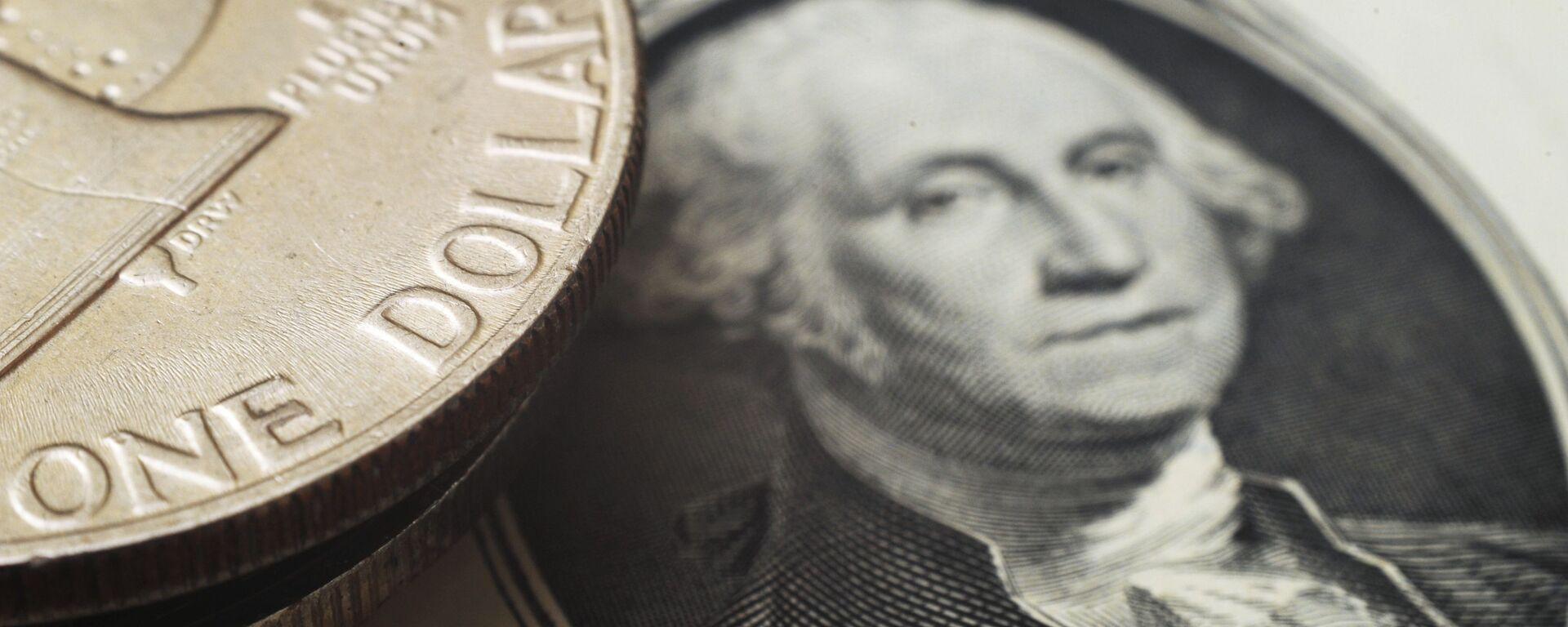 Монета номиналом один доллар США на банкноте один доллар США - Sputnik Узбекистан, 1920, 25.11.2020