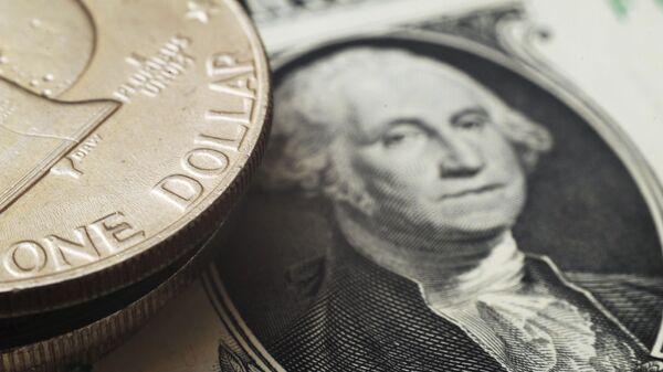 Монета номиналом один доллар США на банкноте один доллар США - Sputnik Узбекистан