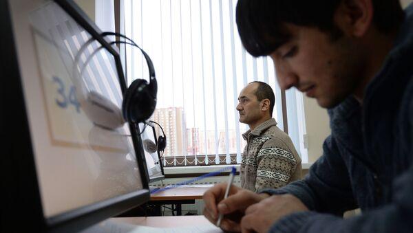 Выдача первых патентов в Едином миграционном центре Московской области - Sputnik Узбекистан
