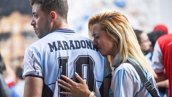 Argentinalik fanatlar Diyego Maradona uchun motam tutmoqda - Sputnik Oʻzbekiston