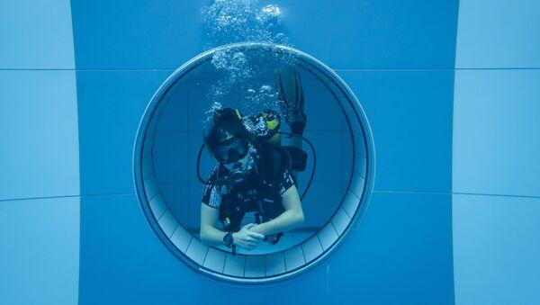 Дайвер в самом глубоком бассейне в мире Deepspot в Польше. - Sputnik Узбекистан