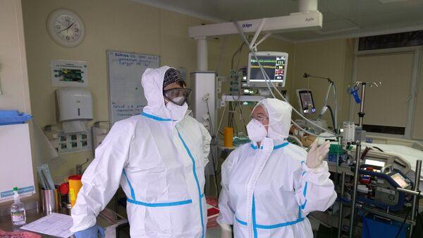 Медицинские работники в отделении реанимации и интенсивной терапии в госпитале COVID-19 - Sputnik Узбекистан