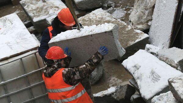 Рабочие проводят работы по замене чугунных ограждений - Sputnik Узбекистан