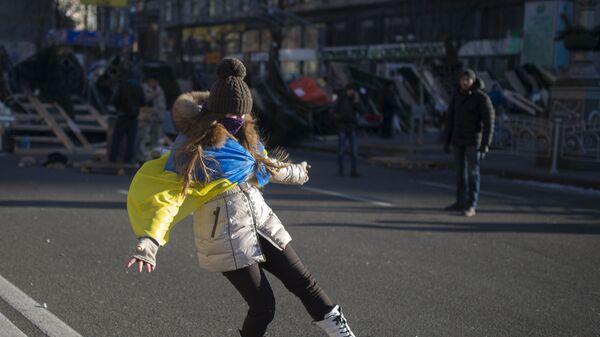 Девушка играет с мячом на улице Крещатик в Киеве - Sputnik Узбекистан