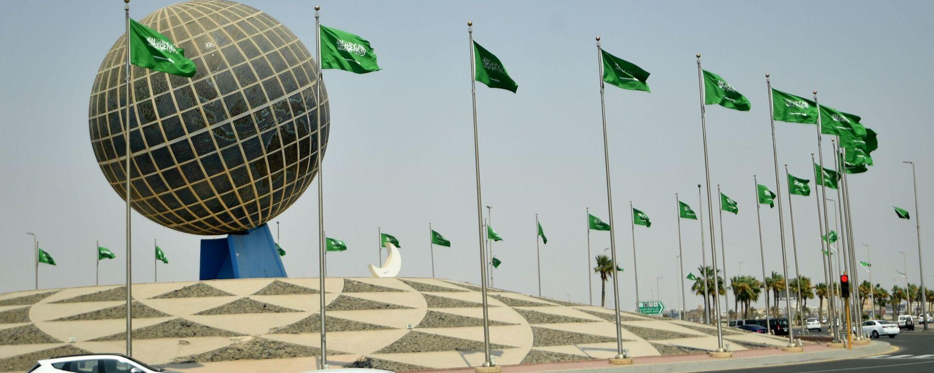 Флаги Саудовской Аравии на одной из улиц города Джидда - Sputnik Узбекистан, 1920, 29.06.2021