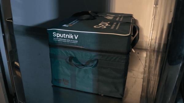 Денис Мантуров лично доставил в столицу Республики образцы вакцины от COVID-19 Cпутник V. - Sputnik Узбекистан