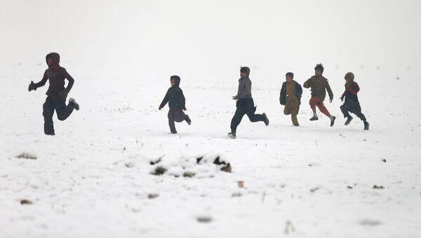 Афганские мальчики играют во время снегопада в Кабуле - Sputnik Ўзбекистон
