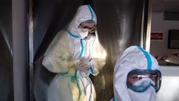 Медицинские работники в санитарном шлюзе городской клинической больнице - Sputnik Ўзбекистон