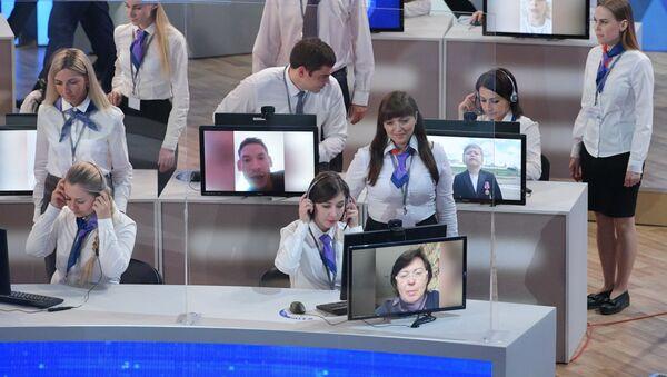 Сотрудники колл-центра в Гостином дворе принимают вопросы во время ежегодной специальной программы Прямая линия с Владимиром Путиным  - Sputnik Ўзбекистон