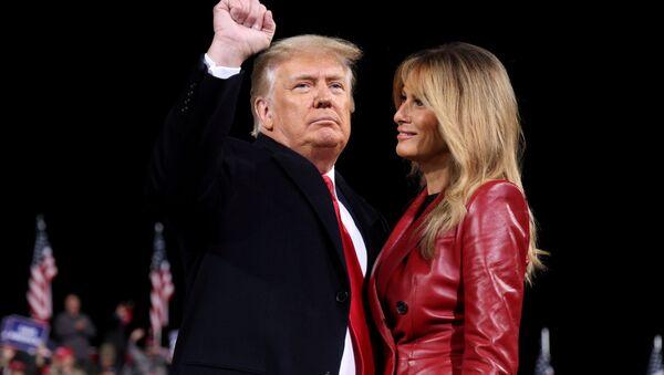 Президент США Дональд Трамп с женой Меланией во время кампании в Джорджии - Sputnik Ўзбекистон