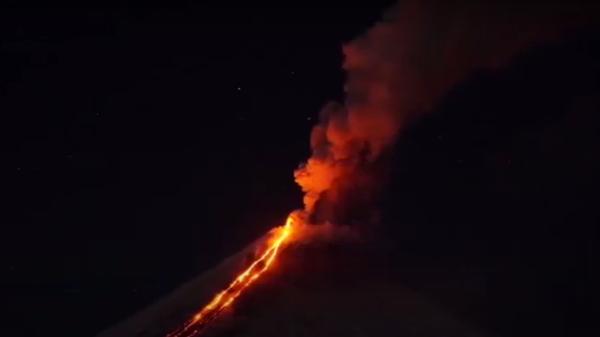 Огнедышащий дракон: на Камчатке проснулся самый большой вулкан в Евразии - Sputnik Ўзбекистон