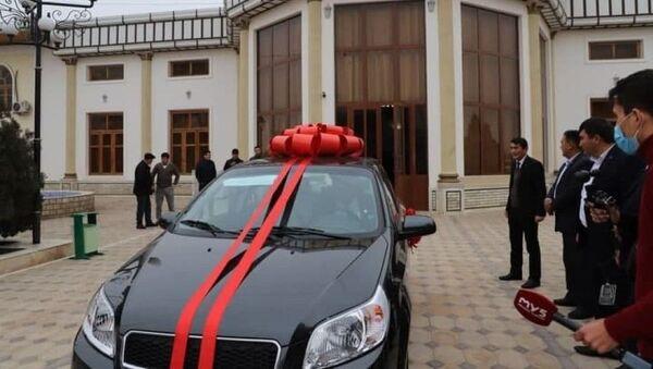 Главе фермы подарили автомобиль Нексия-3 - Sputnik Узбекистан