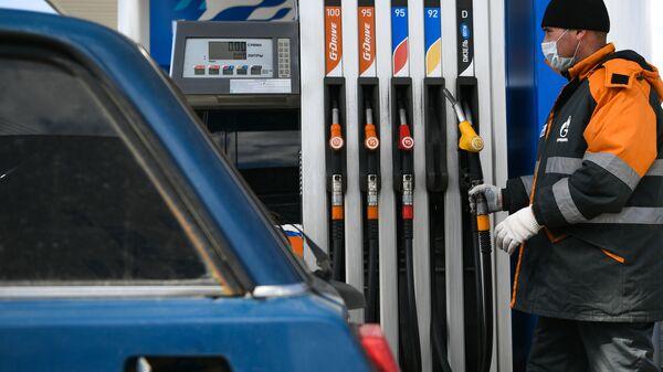 Заправщик заправляет автомобиль на АЗС - Sputnik Ўзбекистон