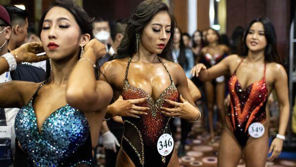 Участницы соревнований бодибилдеров International Weightlifting Federation (IWF) Beijing 2020 в Китае  - Sputnik Узбекистан