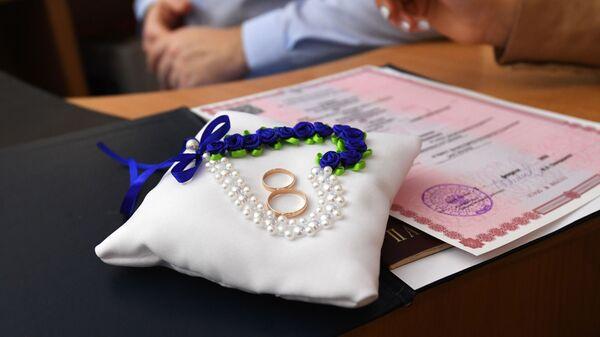 Обручальные кольца молодоженов - Sputnik Узбекистан