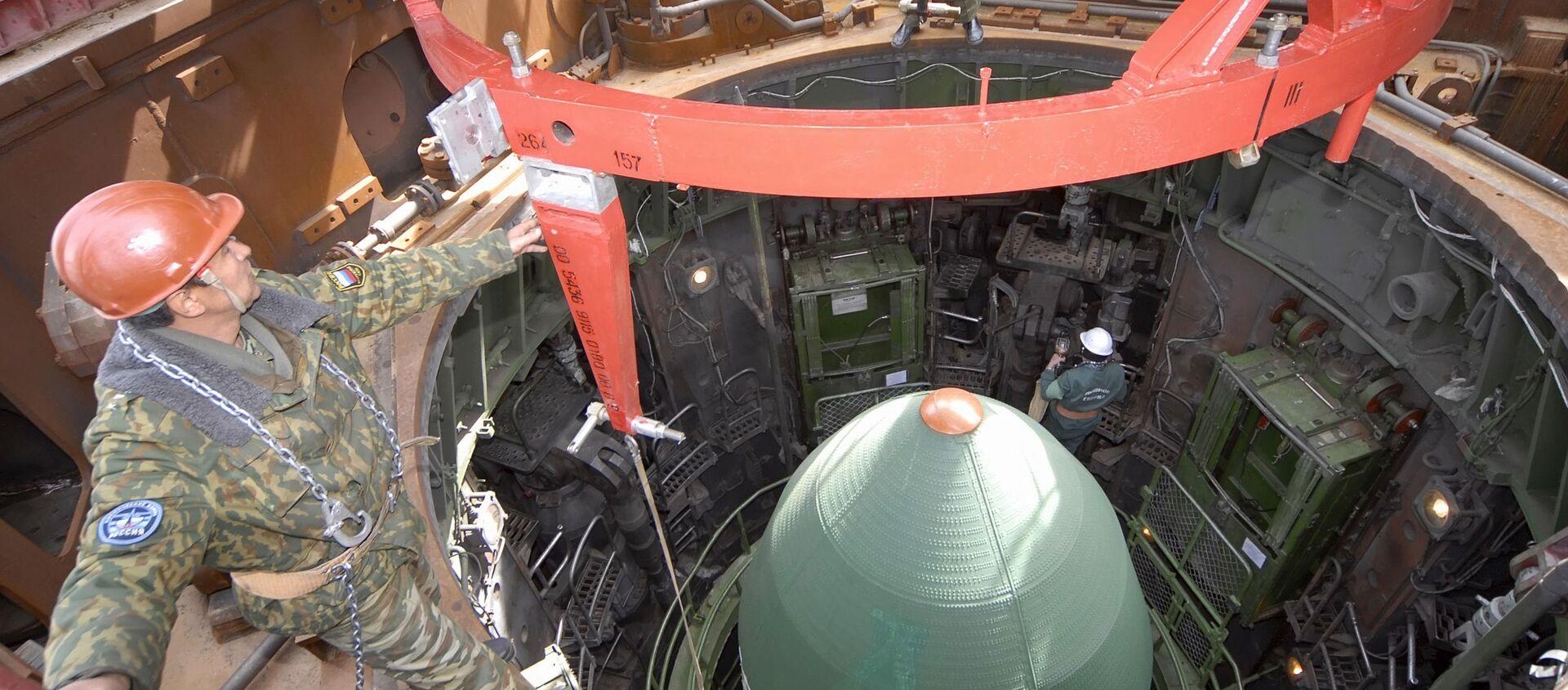 Подготовка шахтной пусковой установки для запуска конверсионной ракеты РС-20 Днепр на космодроме Байконур - Sputnik Узбекистан, 1920, 17.12.2020