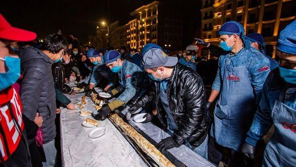 Нас не догонят: в Ташкенте приготовили огромный лаваш - фото - Sputnik Ўзбекистон
