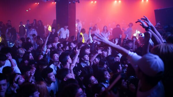 Посетители танцуют в ночном клубе в Ухане - Sputnik Ўзбекистон