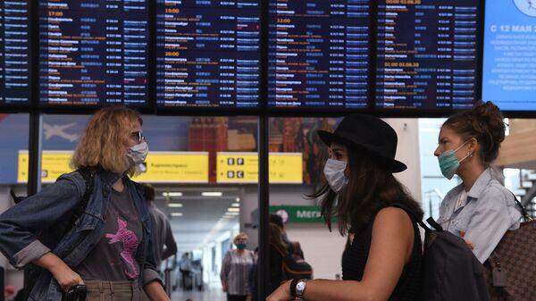 Пассажиры в аэропорту Шереметьево - Sputnik Узбекистан