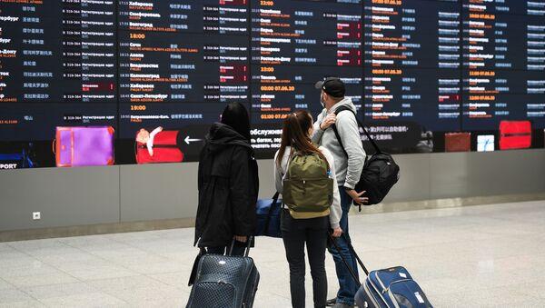 Пассажиры в аэропорту Шереметьево - Sputnik Ўзбекистон
