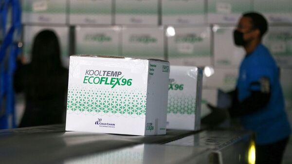Коробки с вакциной от COVID-19 компании Moderna - Sputnik Ўзбекистон