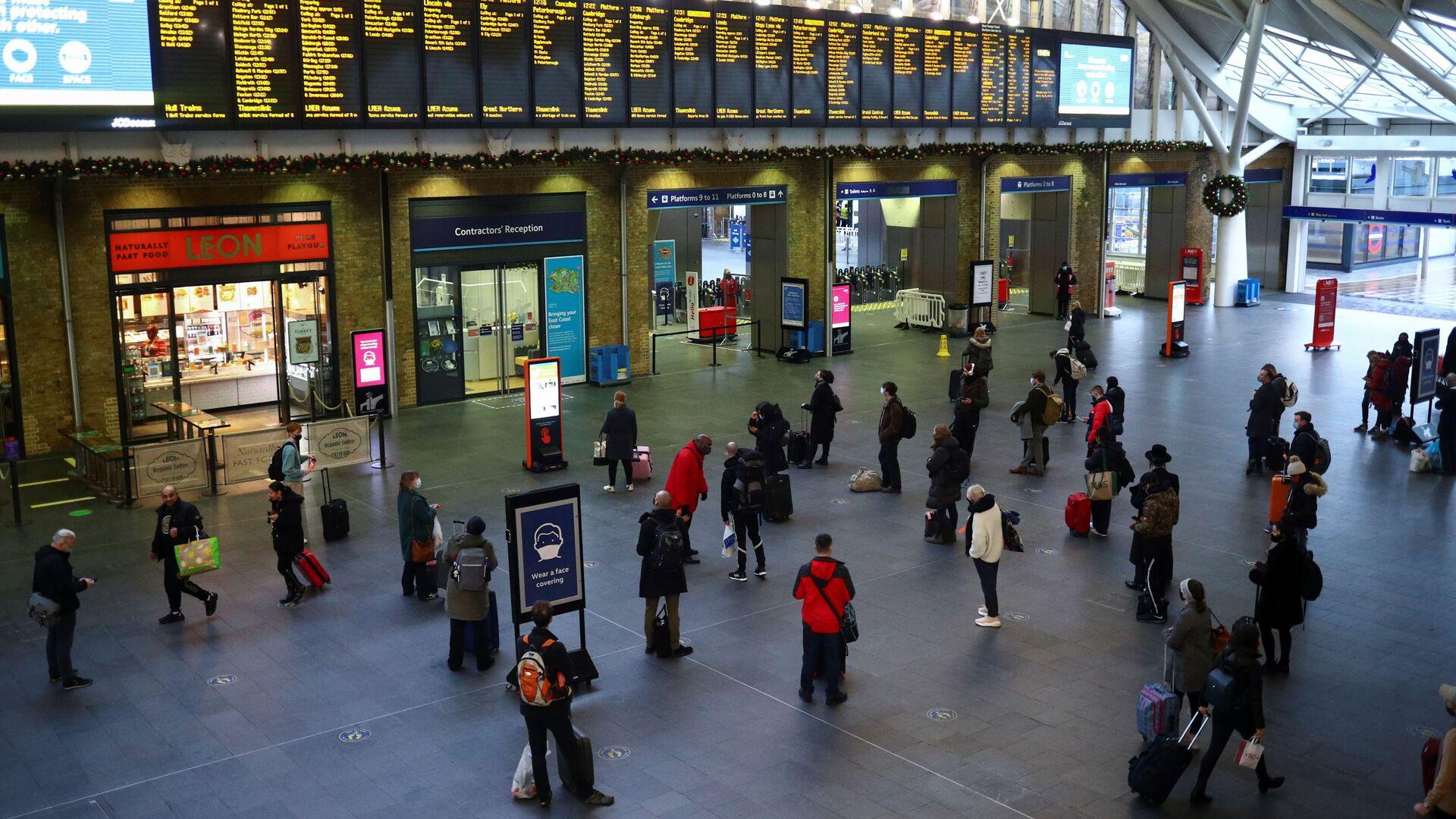 Туристы на вокзале Кингс-Кросс в Лондоне, Великобритания - Sputnik Узбекистан, 1920, 19.07.2021