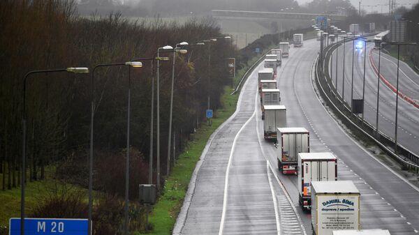 Грузовики следуют под конвоем полиции в Фолкстоне, Великобритания - Sputnik Ўзбекистон